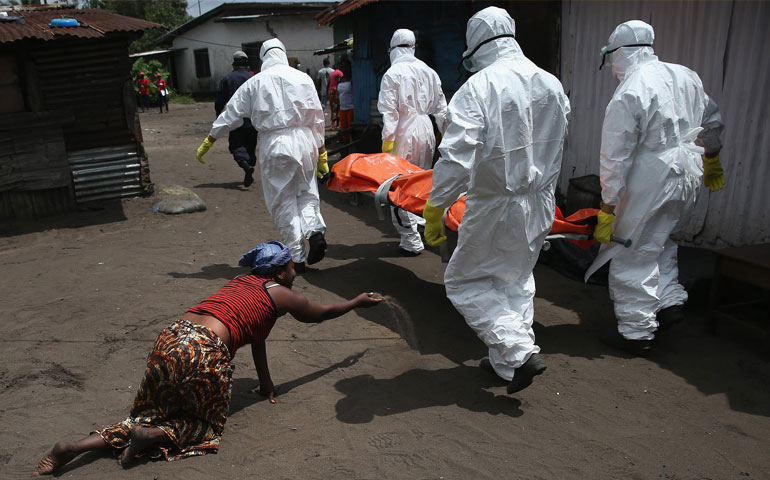 """La cifra de muertos por la epidemia de Ébola en tres países de África Occidental aumentó a 7 mil 518 de 19 mil 340 casos confirmados hasta la fecha, dijo el lunes la Organización Mundial de la Salud (OMS). Los números reflejan más de 140 nuevas muertes desde la última información, divulgada por la OMS hace apenas tres días. La epidemia, que azota Guinea, Liberia y Sierra Leona, es el peor brote registrado del virus que causa fiebre hemorrágica. Sierra Leona registró la mayoría de los casos, 8 mil 939, mientras que Liberia tiene 7 mil 830 y Guinea 2 mil 571. Pero la cifra de muertos en Sierra Leona de 2 mil 556 es mucho menor que los 3 mil 376 fallecidos registrados en Liberia, lo que ha llevado a algunos expertos en salud a cuestionar la credibilidad de los números informados por Freetown. El Gobierno de Sierra Leona lanzó la semana pasada una gran operación para contener la epidemia, con los trabajadores de salud yendo puerta por puerta en busca de enfermos en un país con una pobre infraestructura de salud pública y una extendida pobreza, al igual que otras naciones de África Occidental. ONU pide acelerar combate La respuesta internacional contra el Ébola está funcionando, pero no todo lo rápido que debería, aseguró hoy el secretario general de la ONU, Ban Ki-moon, quien anunció que la organización trabaja ya para apoyar la recuperación de los países más afectados por el brote. """"Nuestra estrategia está funcionando y se ha dado la vuelta a la curva, va hacia abajo, pero no lo suficientemente rápido"""", señaló Ban en una conferencia de prensa tras regresar de una visita a África Occidental, el epicentro de la crisis."""