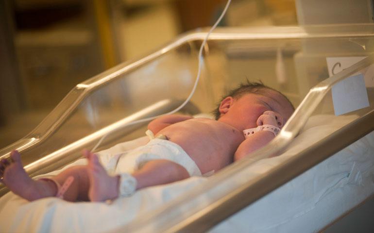 mujer-da-a-luz-en-el-bano-de-hospital