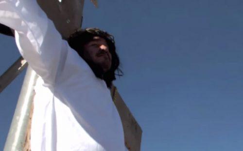 pide-ayuda-a-gobernador-crucificandose