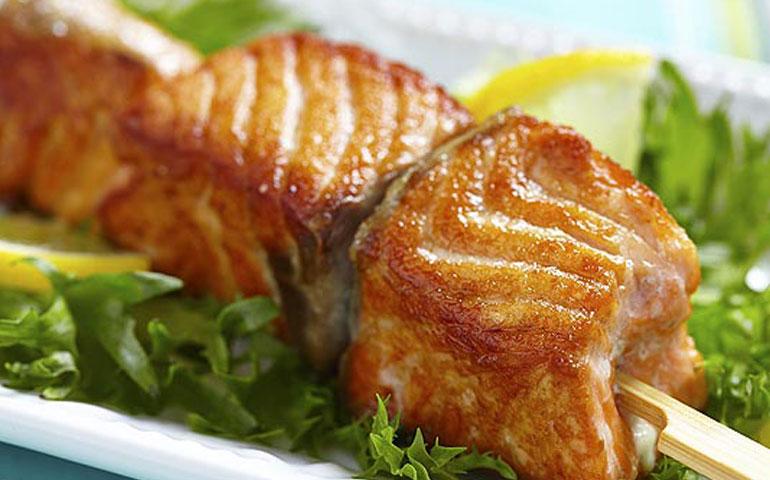 brochetas-de-salmon-a-la-parrilla