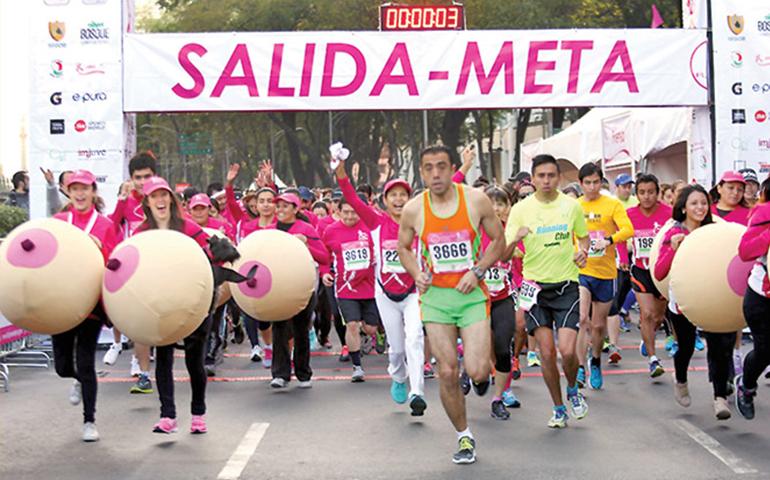 con-los-senos-en-la-mano-corren-para-recaudar-fondos-contra-el-cancer-de-mama