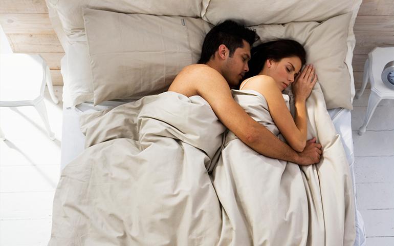 conoce-las-ventajas-de-dormir-desnudos