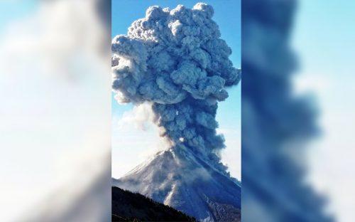 lanza-volcan-de-colima-espectacular-exhalacion-de-cuatro-kilometros