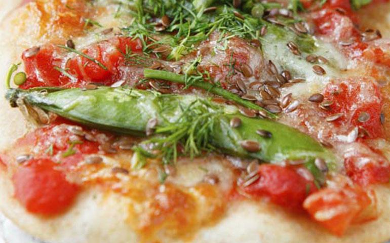 pizza-ultradelgada-de-jitomate-y-pesto