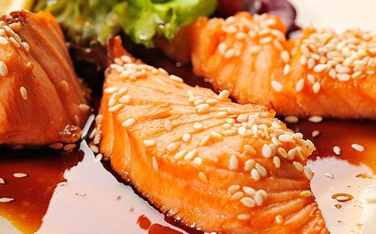 salmon-glaseado-con-miel-de-cilantro