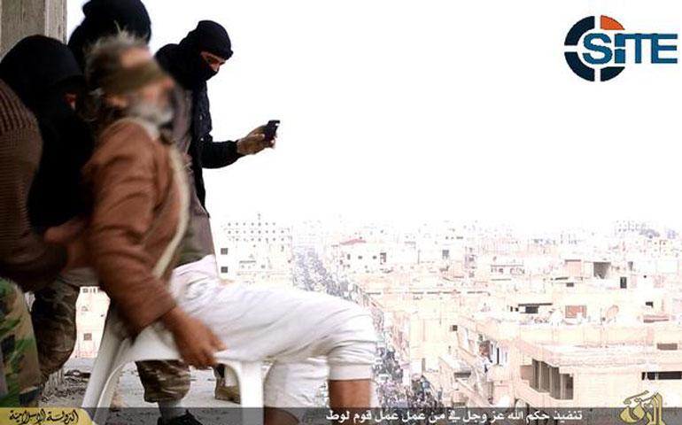 estado-islamico-lanza-a-hombre-de-edificio-por-ser-homosexual