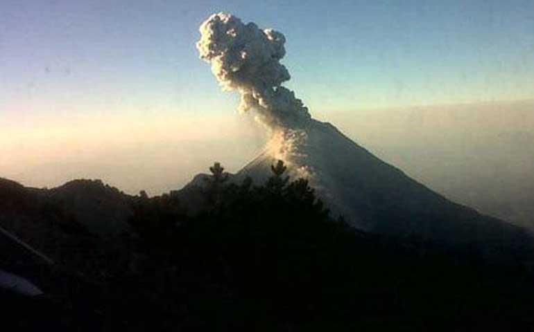 exhalaciones-del-volcan-de-colima-provocan-caida-de-ceniza