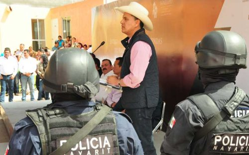 gobernador-cumple-con-entrega-de-viviendas-a-policia-nayarit