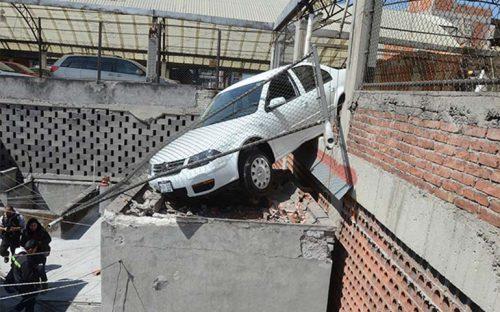 mujer-confunde-freno-con-acelerador-y-casi-cae-de-tres-pisos