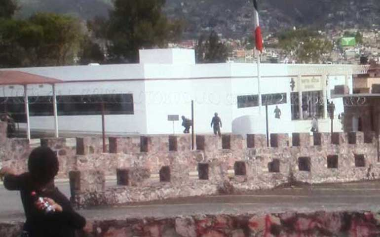 normalistas-atacan-las-instalaciones-de-la-35-zona-militar