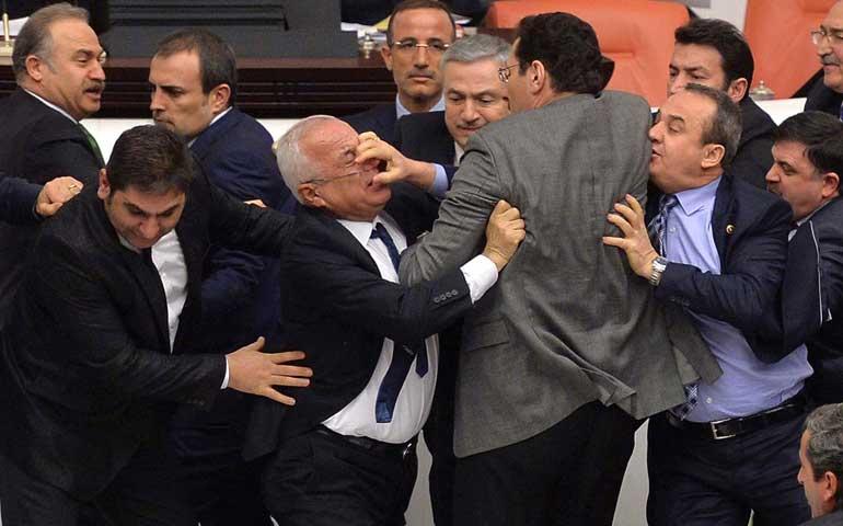 se-desata-una-campal-en-el-parlamento-de-turquia
