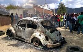 ambulantes-de-oaxaca-queman-auto-en-protesta-por-reubicacion