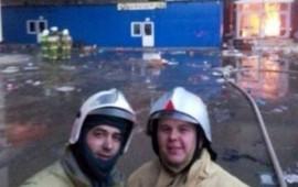bomberos-se-tomaban-un-selfie-mientras-la-gente-se-quemaba-viva-a-sus-espaldas