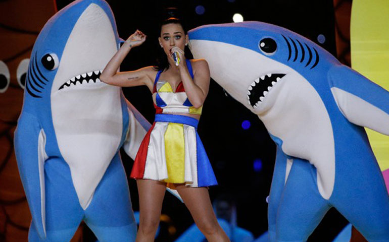 katy-perry-ahora-vende-el-disfraz-de-su-famoso-tiburon-bailarin