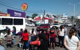 padres-de-familia-bloquean-paso-vehicular-en-bulevar-tepic-xalisco