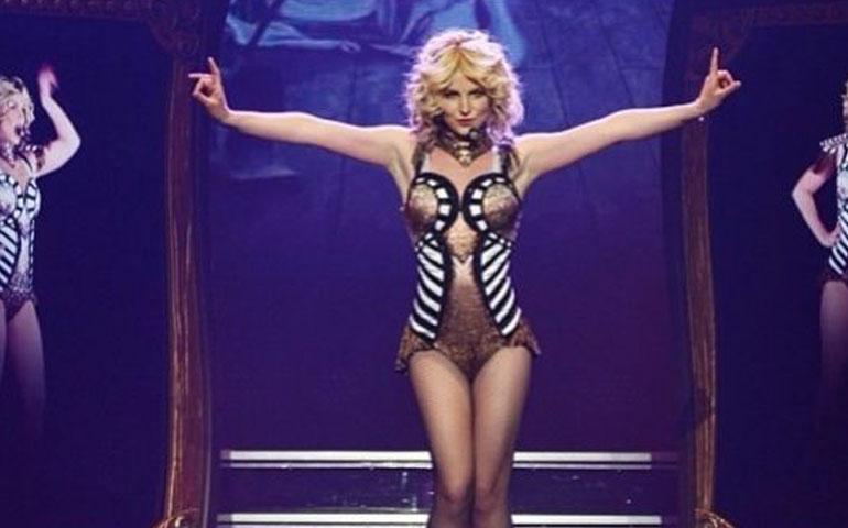 VIDEO--Britney-Spears-se-cae-en-pleno-escenario