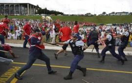 manifestantes-y-policias-se-enfrentan-afuera-del-congreso-en-brasilia