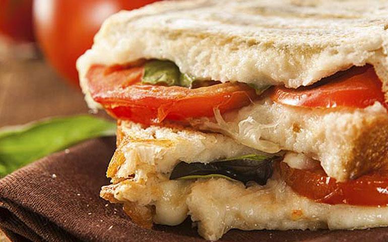 panini-de-tocino-pera-y-queso-brie