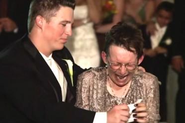 esta-madre-no-podia-levantarse-de-su-silla-de-ruedas-lo-que-hace-el-novio-te-hara-llorar