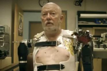 el-perdio-sus-brazos-en-un-accidente-y-hoy-es-capaz-de-controlar-las-protesis-solo-con-su-mente