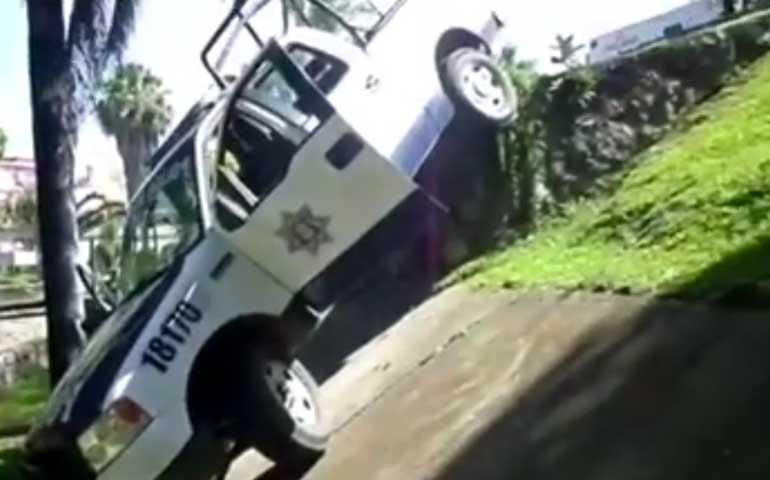 policias-caen-con-patrulla-en-el-zanjon-de-la-esperanza