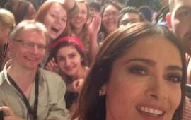 salma-hayek-desobedecio-protocolo-de-cannes-y-se-tomo-una-selfie