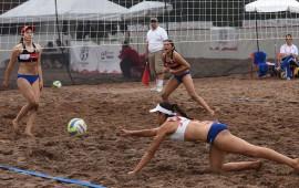 voleibol-de-playa-con-el-pie-derecho