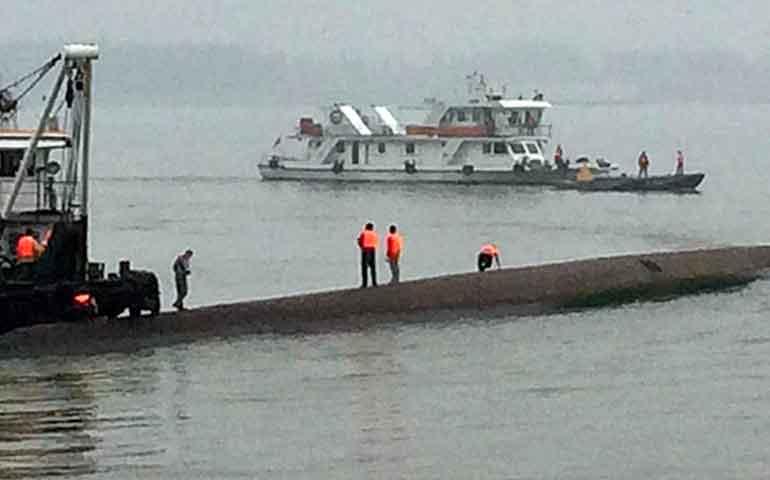 al-menos-seis-muertos-al-volcar-un-barco-en-bangladesh