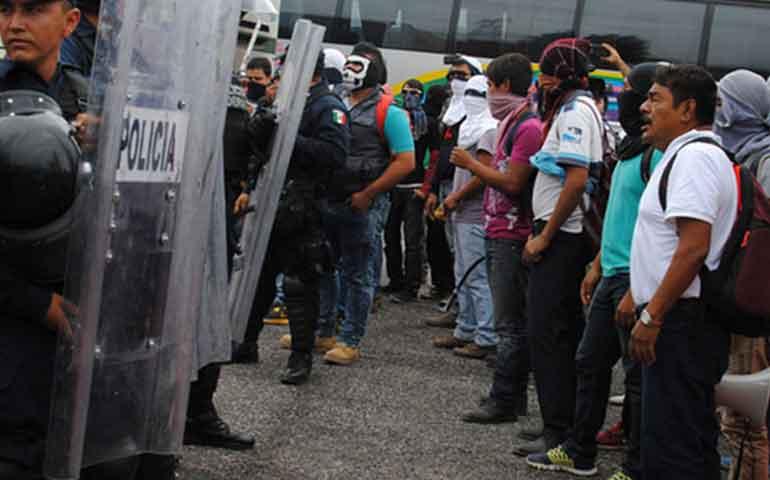 enfrentamiento-entre-normalistas-y-policias-deja-once-heridos