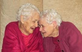 gemelas-siguen-igual-de-inseparables-que-hace-103-anos