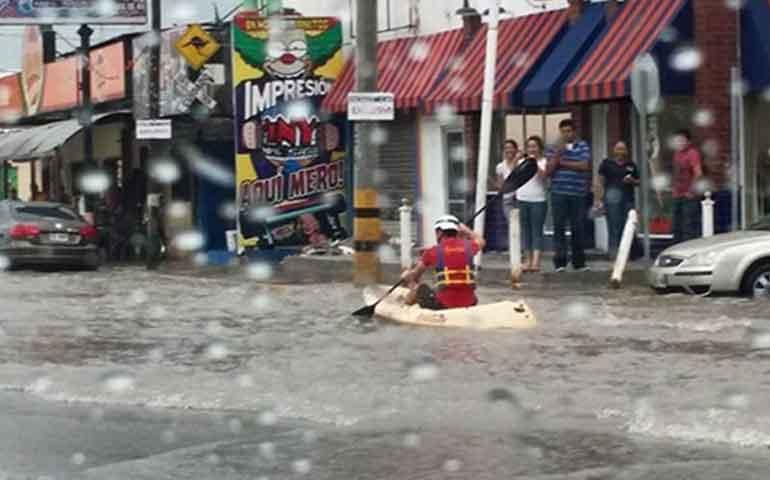 kayak-bajo-la-lluvia-en-plena-avenida-de-coahuila