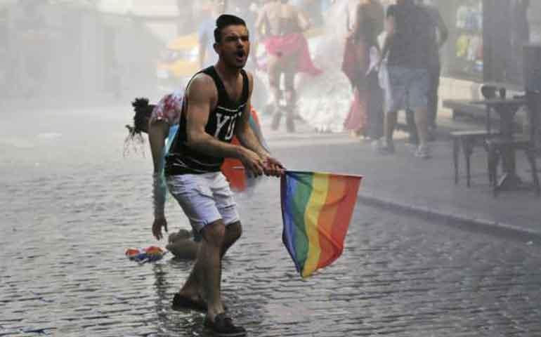 policia-turca-reprime-marcha-del-orgullo-gay-en-turquia