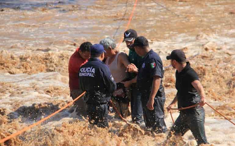 rescatan-bomberos-de-bahia-de-banderas-a-una-familia
