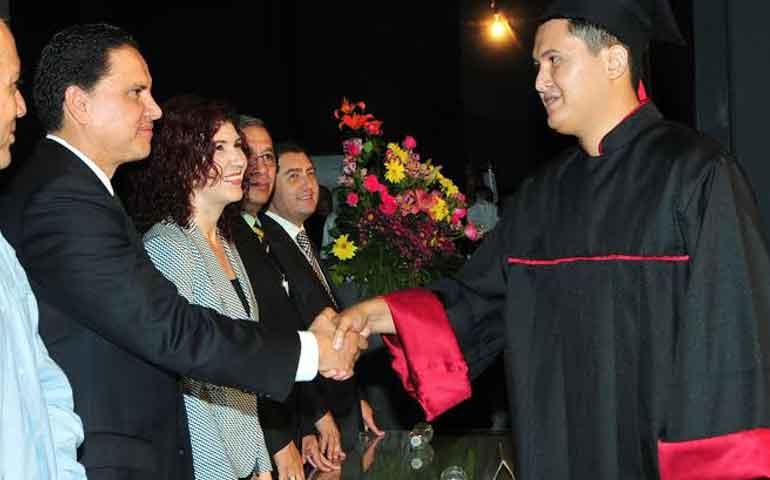 roberto-encabeza-graduacion-de-alumnos-de-la-ut