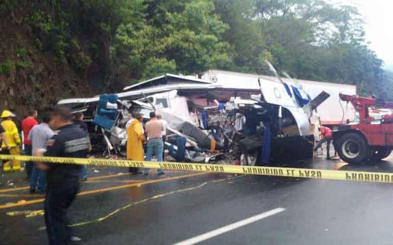 al-menos-7-muertos-tras-brutal-choque-de-autobus-en-el-crucero-tepic-san-blas