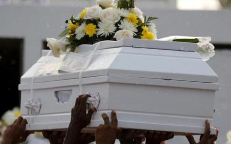 bebe-despierta-durante-su-funeral