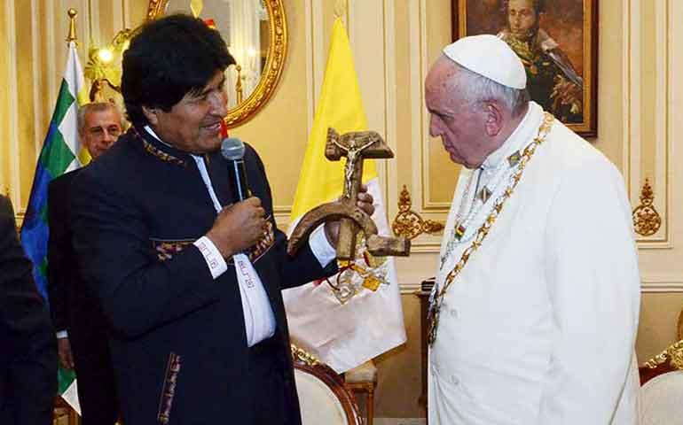 evo-le-regala-crucifijo-comunista-al-papa-causa-indignacion