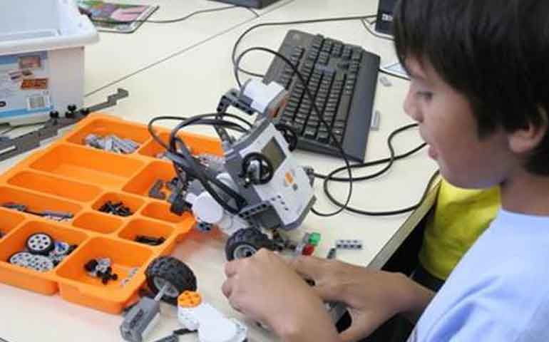 ninos-construiran-robots-durante-cursos-de-verano