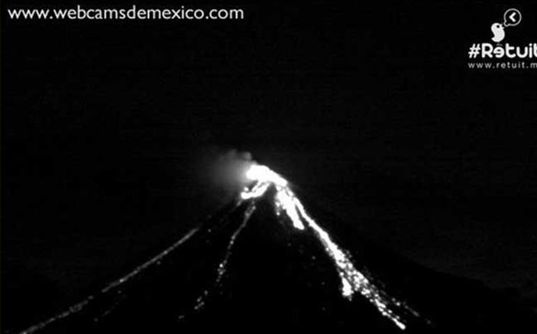 volcan-de-colima-arroja-material-incandescente