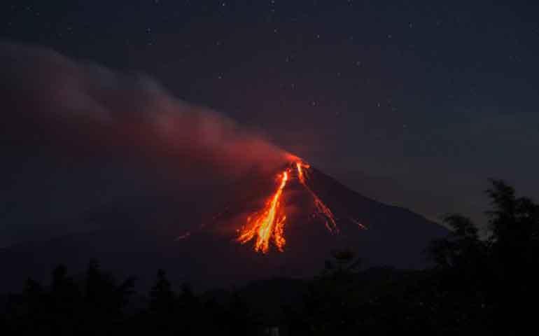 volcan-de-colima-lanza-rocas-encendidas