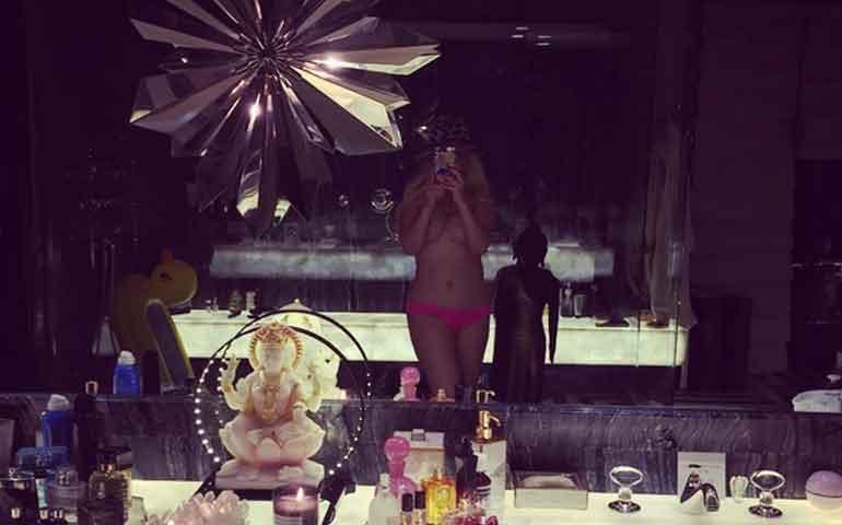 christina-aguilera-posa-semidesnuda-en-candente-selfie