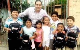 hector-santana-apoya-con-mochilas-escolares-a-ninos-de-bahia-de-banderas