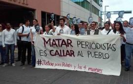 marchan-periodistas-en-tepic-en-solidaridad-por-la-muerte-del-fotoperiodista-ruben-espinosa