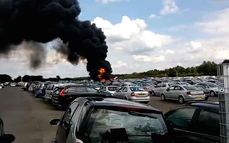 mueren-cuatro-personas-al-estrellarse-una-avioneta-en-estacionamiento-de-inglaterra
