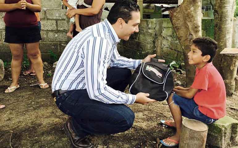 piden-a-hector-santana-mas-mochilas-en-las-comunidades
