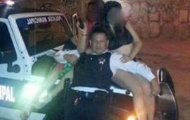 policia-juega-sensualmente-con-mujeres-en-su-horario-de-servicio