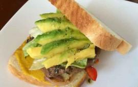 sandwich-de-lomito-con-palta