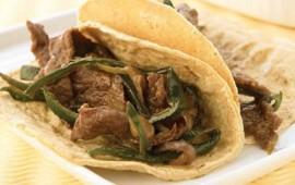 tacos-de-fajitas-encebolladas-con-rajas