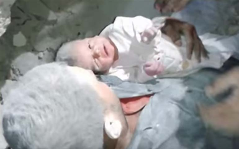 video-milagroso-rescate-de-bebe-atrapado-en-derrumbe