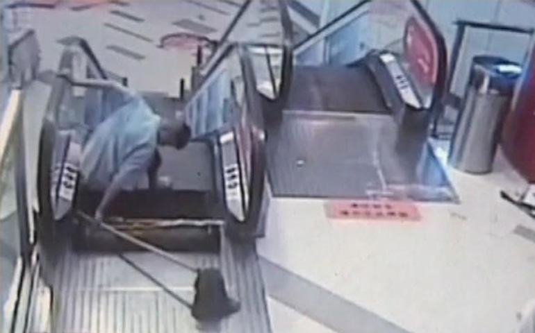 video-nuevo-accidente-en-escaleras-electricas-hombre-pierde-el-pie